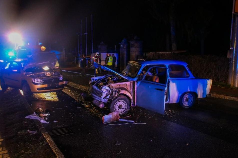 Bei einem Frontalcrash in Marwitz wurden am Freitagabend zwei Autos, darunter ein Trabi, geschrottet.
