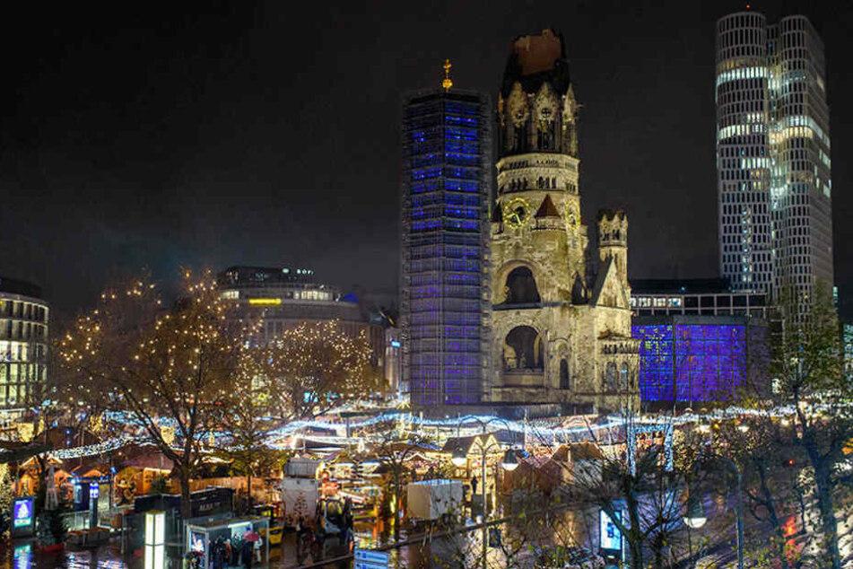 Der Weihnachtsmarkt am Breitscheidplatz ist am Fuße der Gedächtniskirche in Berlin.