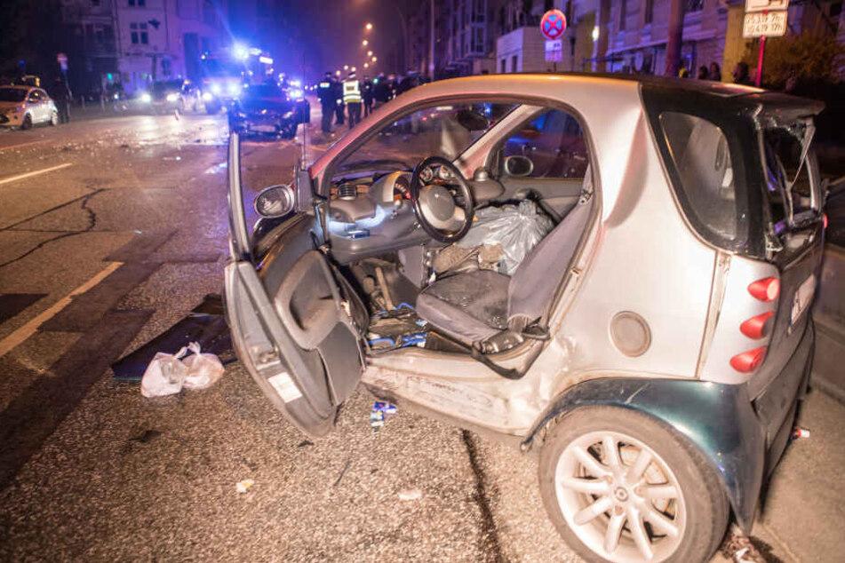 Der Smart wurde bei dem Unfall schwer beschädigt.