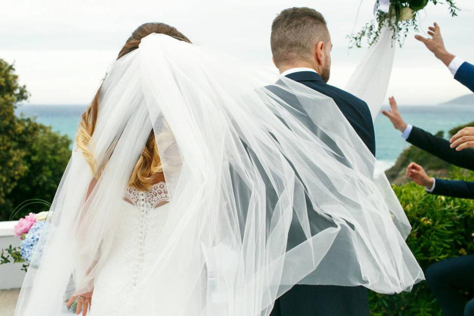 Während der Trauung eröffnete die Braut allen, dass ihr Partner sie betrogen hatte. (Symbolbild)
