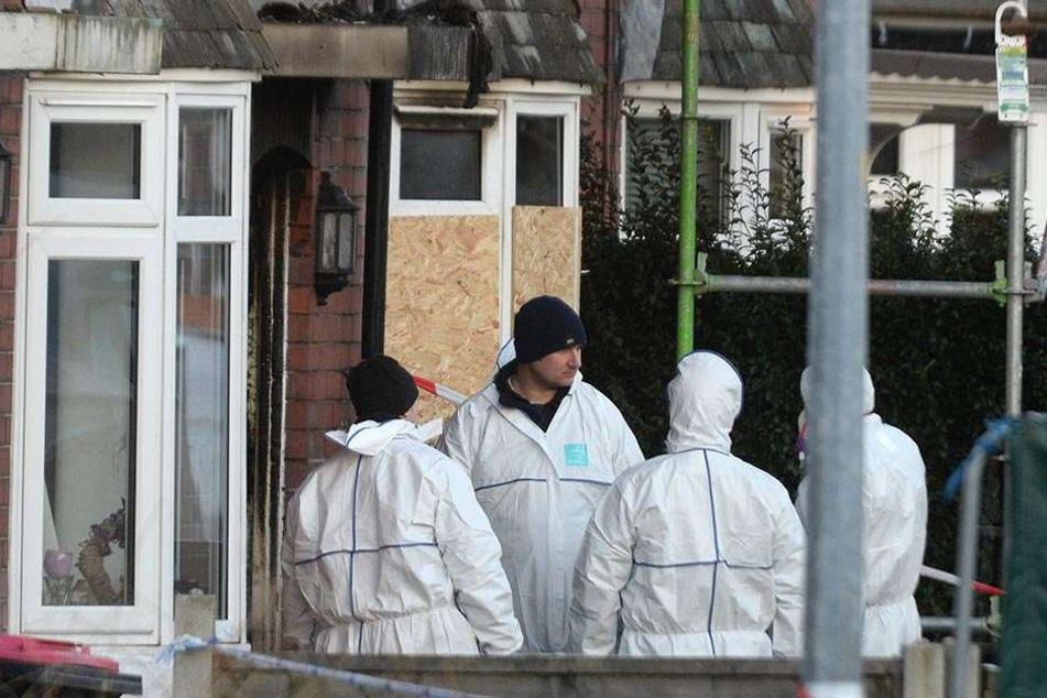 Kriminaltechniker ermitteln zum Brand in Manchester.