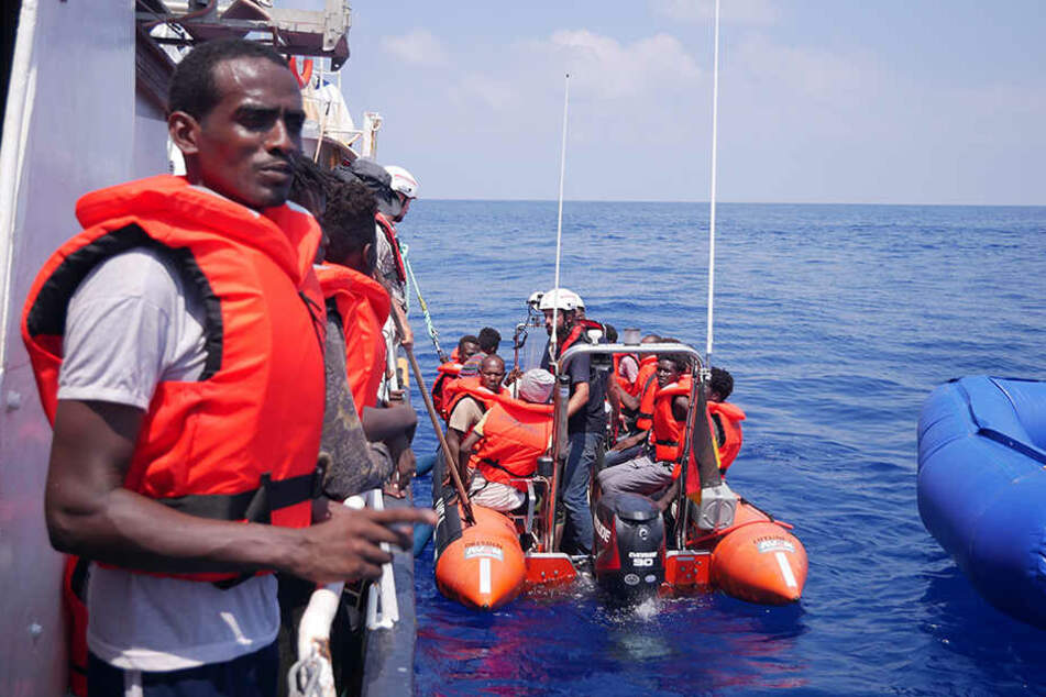 """Das deutsche Rettungsschiff """"Eleonore"""" nahm rund 100 Migranten nahe Libyen auf."""