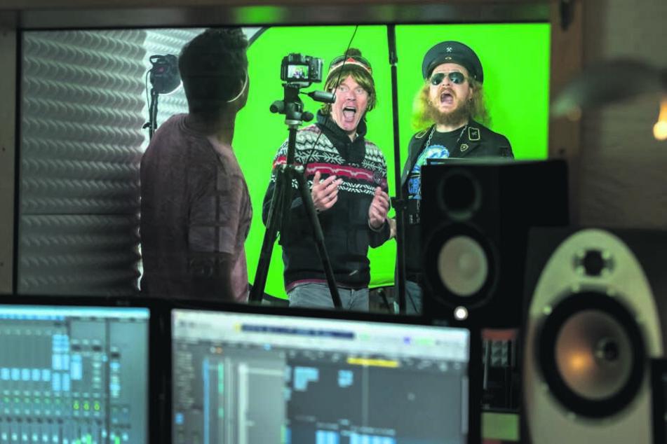 """Vor einen """"Green-Screen"""" drehten die beiden Entertainer einige Szenen für das Musikvideo."""