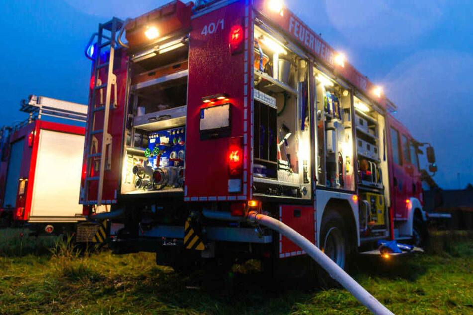 Auch ein Feuerwehrmann und zwei Mitarbeiter des Rettungsdienstes mussten medizinisch versorgt werden (Symbolbild).