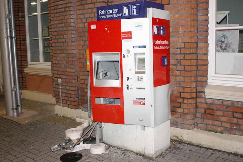 Die Geldkassette konnten die Verbrecher nicht stehlen. Sie flohen schnell vom Tatort.
