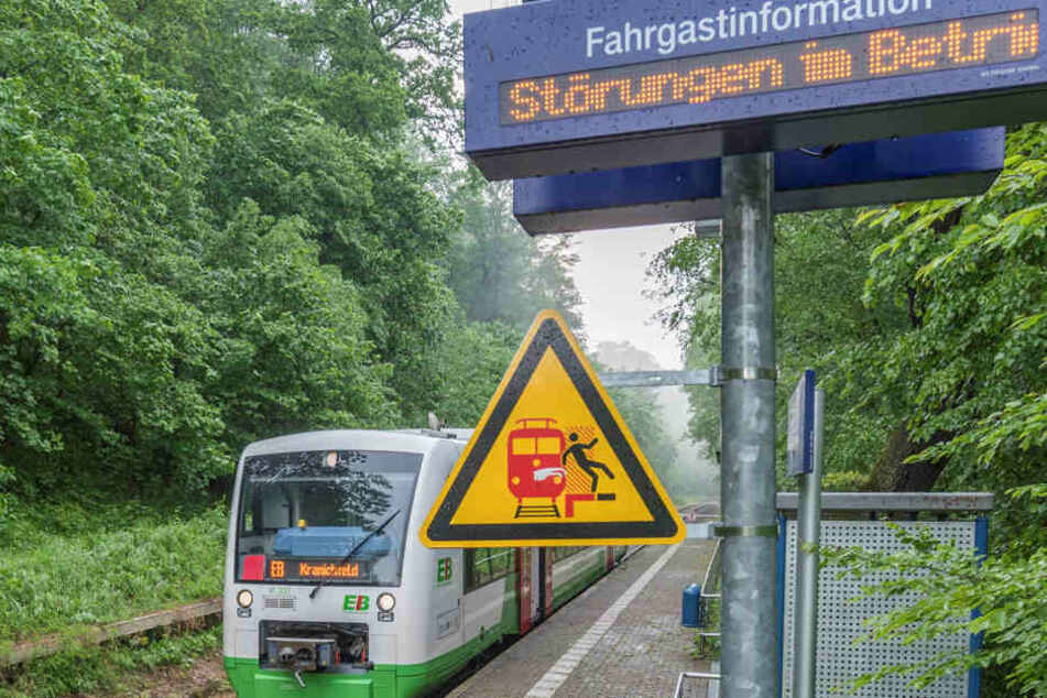 Am Bahnübergang Legefeld hat das Unwetter für Fahrt-Unterbrechung gesorgt. Die Strecke Bad Berka – Legefeld ist komplett gesperrt.