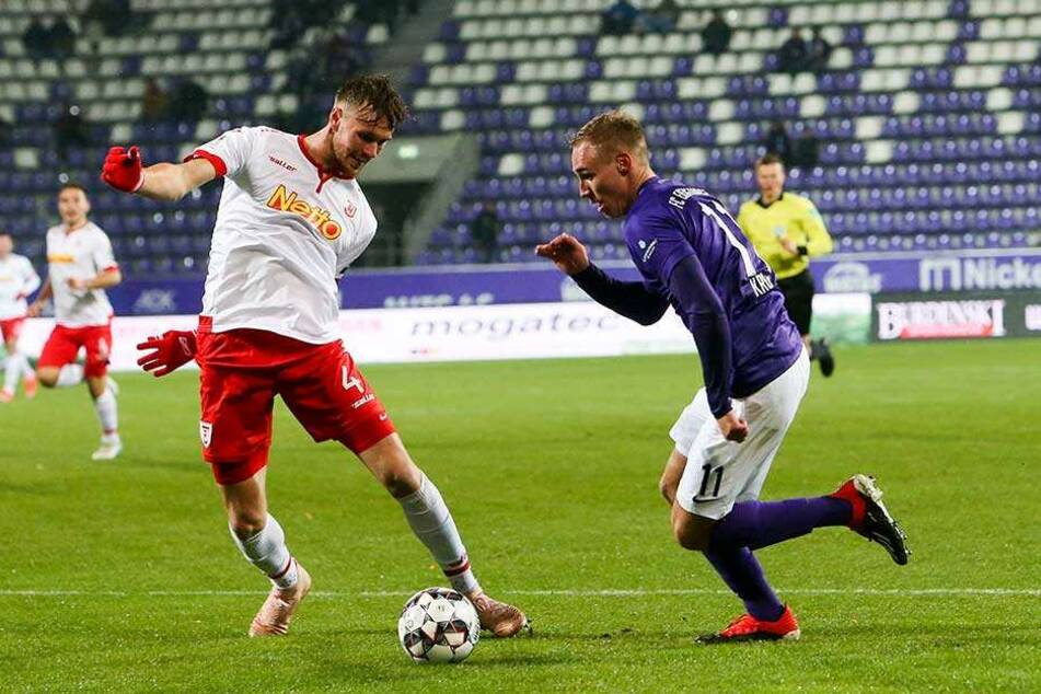Die Entstehung des 1:0 gegen Regensburg: Florian Krüger (r.) zog an Asger Sörensen vorbei, lief in den Strafraum und passte quer zu Pascal Testroet.