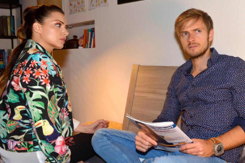 Emily hilft ihrem Bruder Philip nach seinem heftigen Sturz.