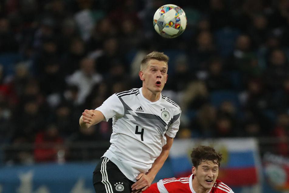 Ginter im DFB-Dress. Der Abwehrspieler überspringt den Russen Alexej Mirantschuk.