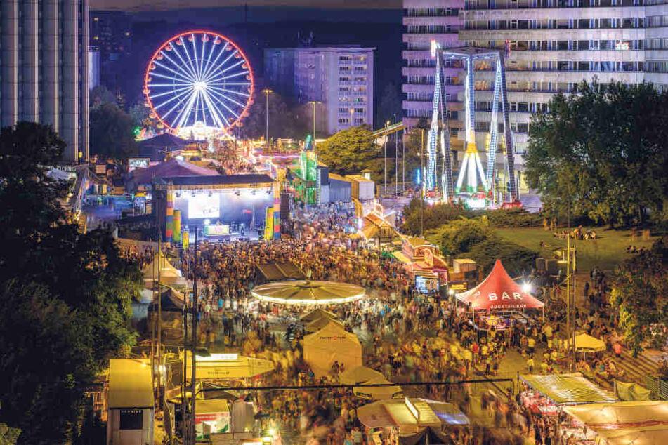 Das Stadtfest kam erst so richtig  in Fahrt, als es dunkel und kühler wurde. Vor allem auf der Brückenstraße  tummelten sich dann die Partygäste.