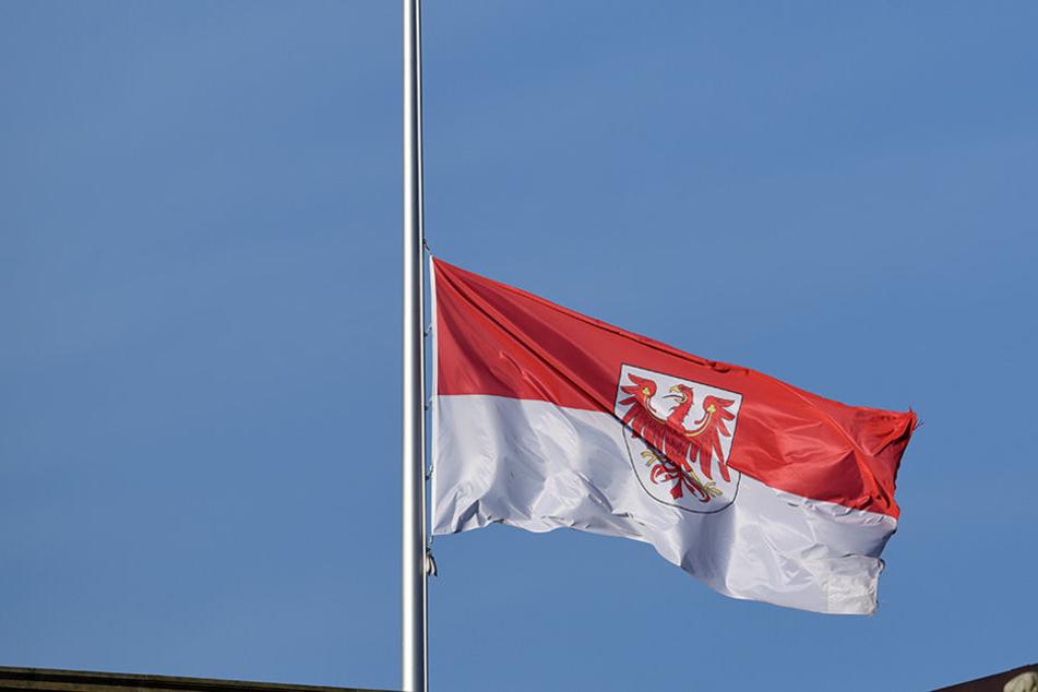 Die Flaggen stehen auf Halbmast. Ein ganzes Bundesland trauert um die verstorbenen Feuerwehrmänner.