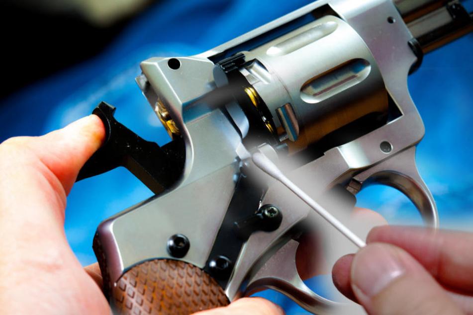 Der Mann und sein Freund bestückte den Revolver mit einem halbierten Wattestäbchen.