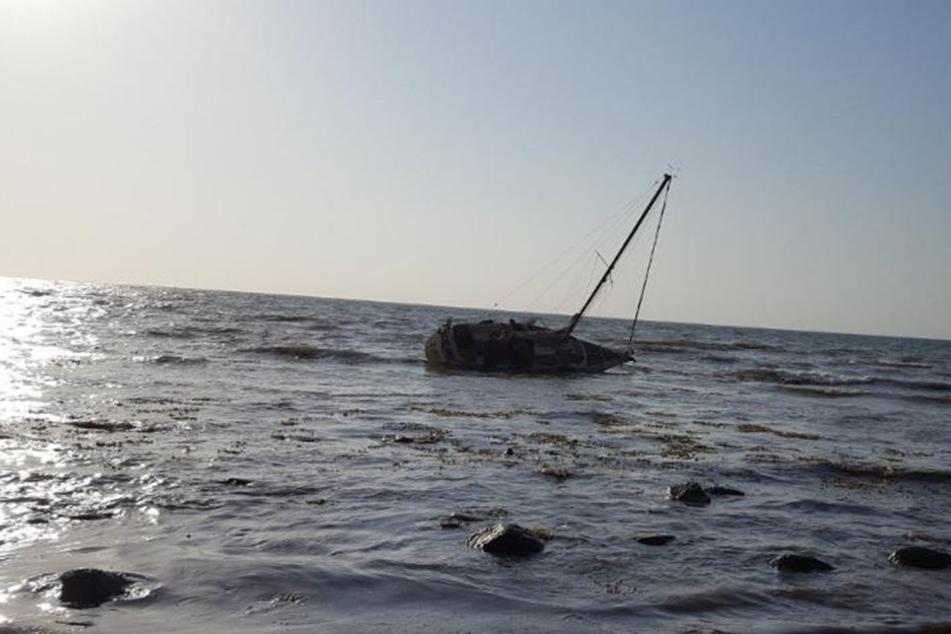 Die Jacht liegt vor der Halbinsel Wustrow.