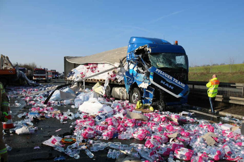 Die A9 war nach dem Unfall voller Wasserflaschen, die der Lkw geladen hatte.