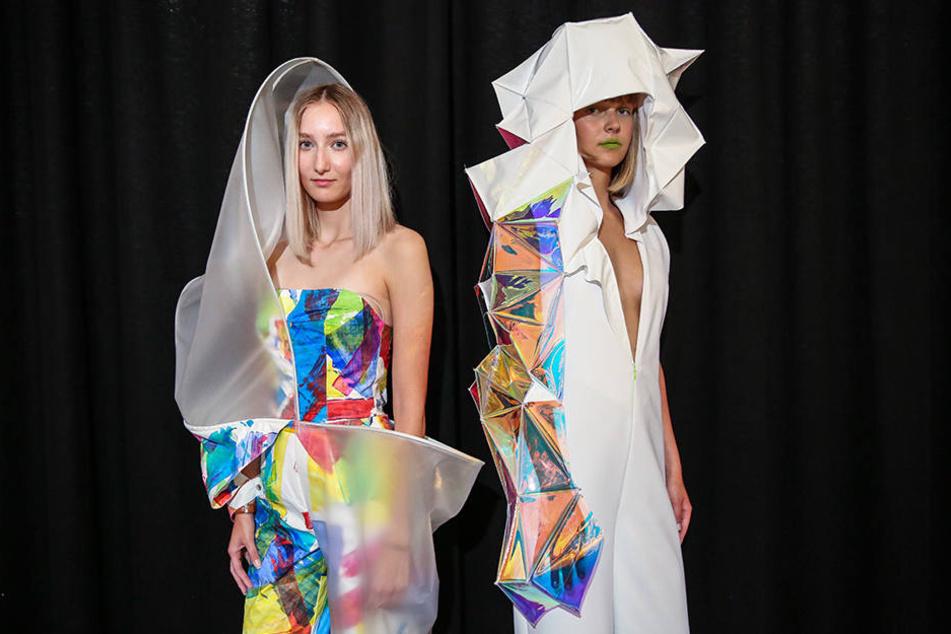 An Origami-Faltkunst und Schutzanzüge erinnern die Kreationen, die Lydia (22, l.) und Katerina (18) tragen.