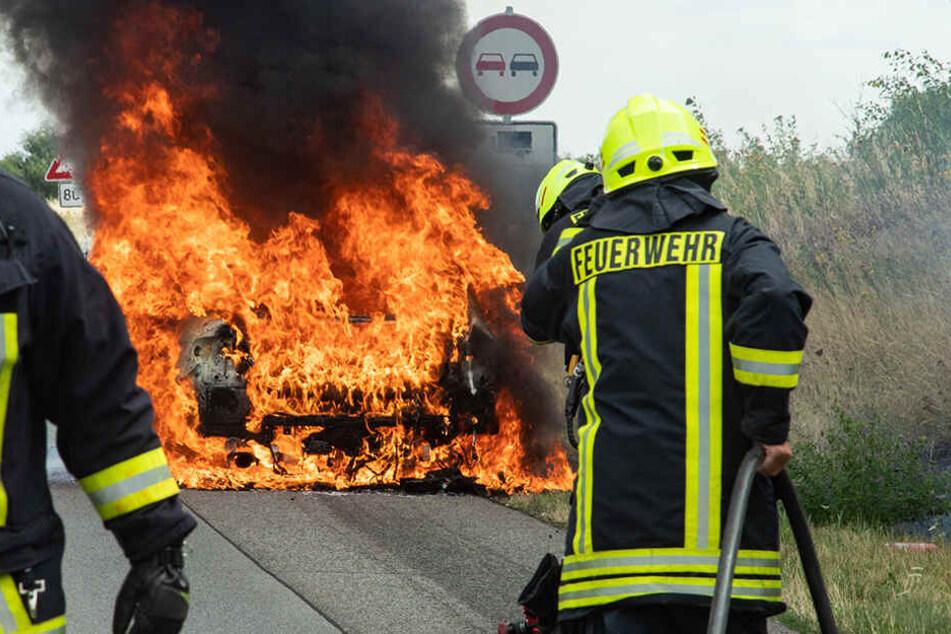 Das Auto brennt lichterloh. Die Feuerwehr hatte alle Hände voll zu tun.