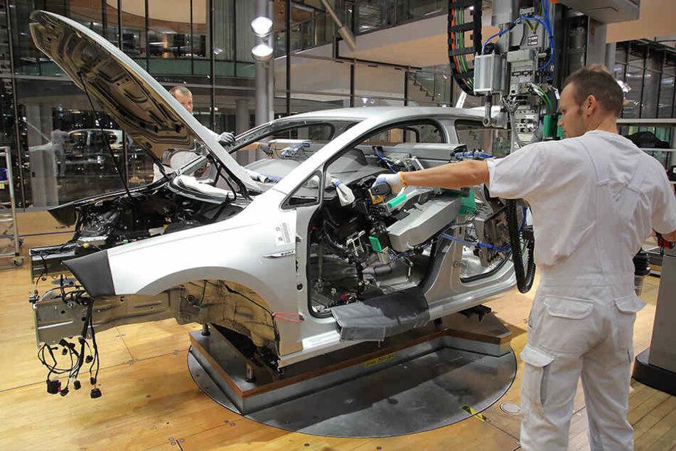 Die Arbeiter der Manufaktur weisen den Kunden geduldig ein.