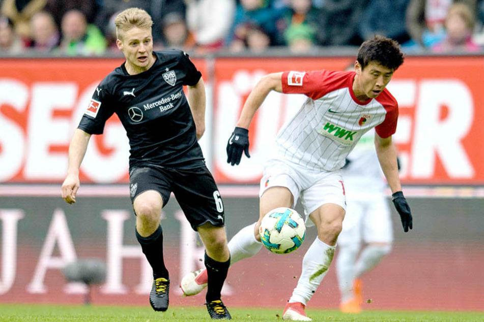 Stuttgarts Santiago Ascacicar (21, links) kämpft mit Augsburgs Ja-Cheol Koo um den Ball.
