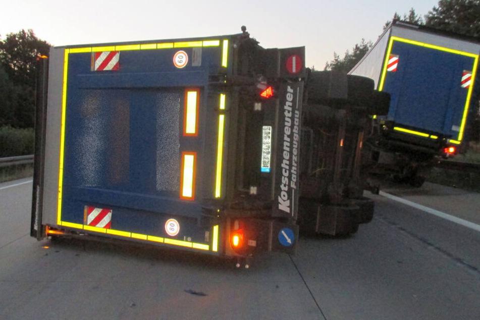 Der Laster hatte Leergut geladen, fiel auf der A4 um.