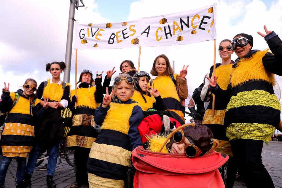 Gebt Bienen eine Chance: Das wünschen sich diese Bienen-Demonstranten augenscheinlich...