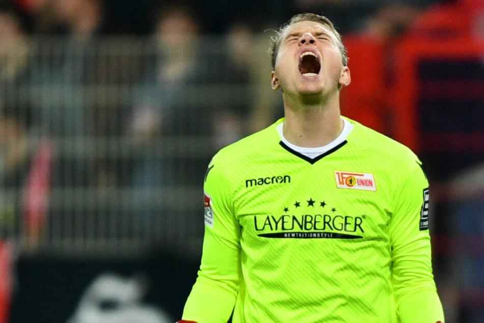 Union-Keeper Busk bejubelt einen Treffer. (Archivbild)