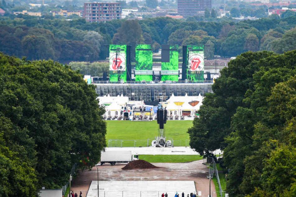 Für das Konzert der Rockband The Rolling Stones wurde im Stadtpark eine große Bühne aufgebaut.