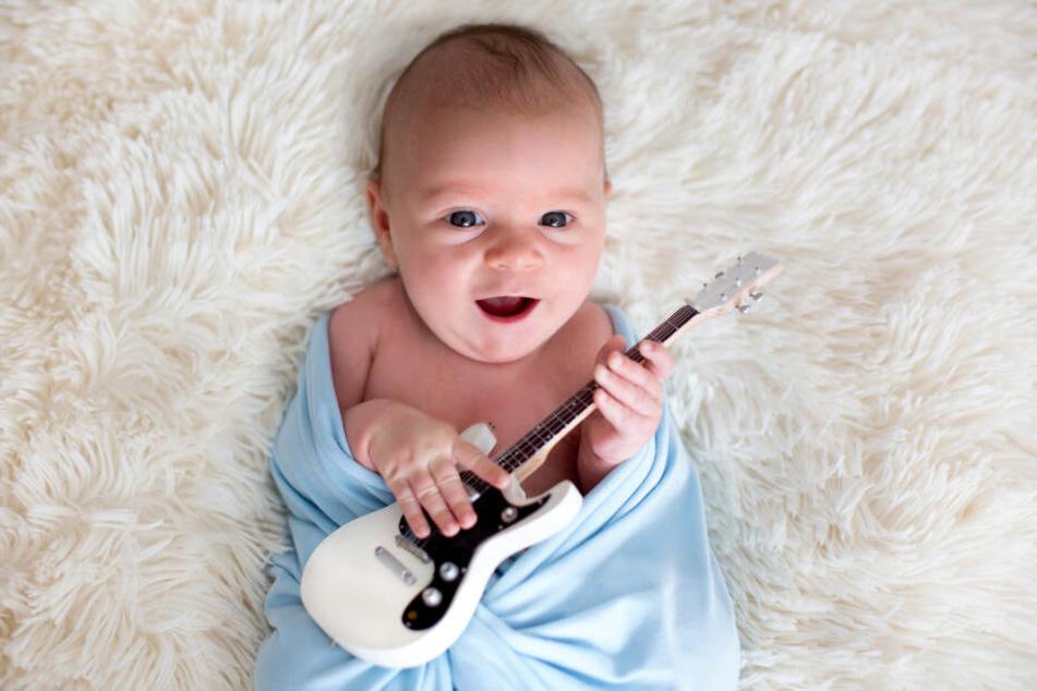 Der Klang von Musikinstrumenten ist eine Bereicherung für Babys Ohr.
