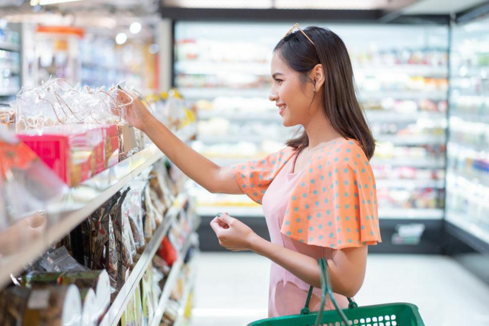 Jüngeren wird empfohlen, Älteren zu helfen – zum Beispiel indem sie für sie einkaufen gehen. (Symbolbild)