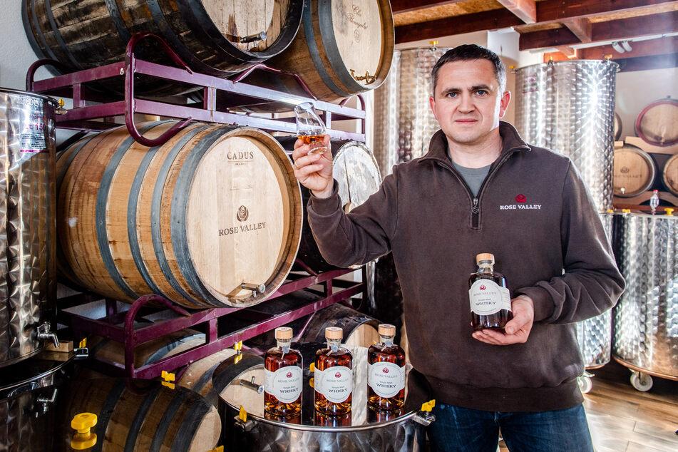 """Eric Brabant (43) mit seinem eigenes hergestellten Single Malt. Den """"Rose-Valley-Whisky"""" gibt's nach drei Jahren Reifung im Sherryfass jetzt endlich zu kaufen."""