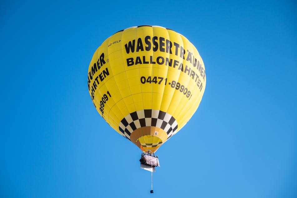 """Die Band """"Crackerjacks"""" fährt mit dem Heißluftballon über Cloppenburg und gibt dabei ein Ballonkonzert."""