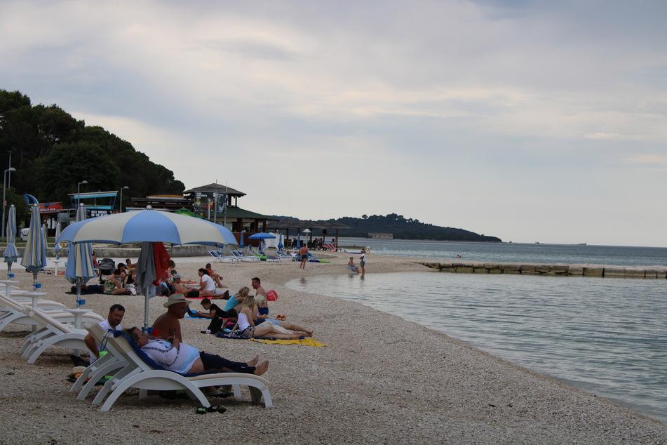 Strand von Fazana auf der Halbinsel Istrien Ende Juni. Das EU- und Adria-Land Kroatien wirbt im Schatten der Corona-Krise verstärkt um deutsche Urlauber.