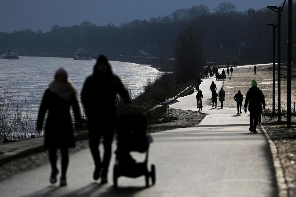 Ab Montag dürfen sich im öffentlichen Raum in NRW nur noch ein Haushalt plus eine weitere Person treffen (Symbolbild).