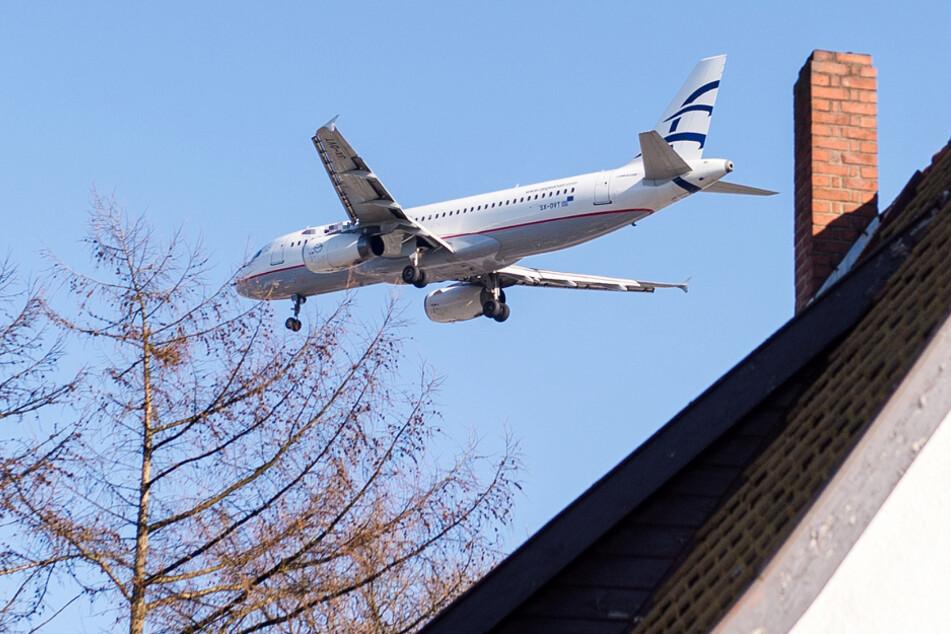 Fluglärm ist in vielen Kommunen des Rhein-Main-Gebiets ein bekanntes Problem (Symbolbild).