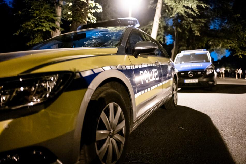 Polizeifahrzeuge nahe der Leipziger Sachsenbrücke. Bei einer Auseinandersetzung im Bereich des beliebten Treffpunkts ist am Samstagmorgen ein 22-Jähriger niedergestochen worden.