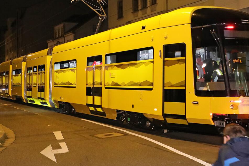 Nächtliche Lieferung: Neue Straßenbahn rollt zum ersten Mal durch Dresden