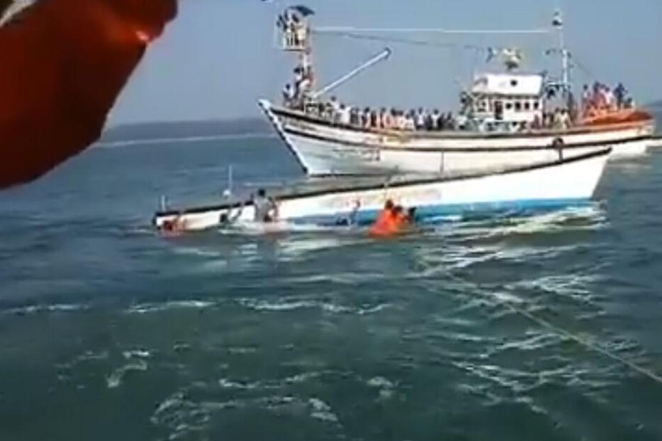 Ein Twitter-Video zeigt das gekenterte Boot.