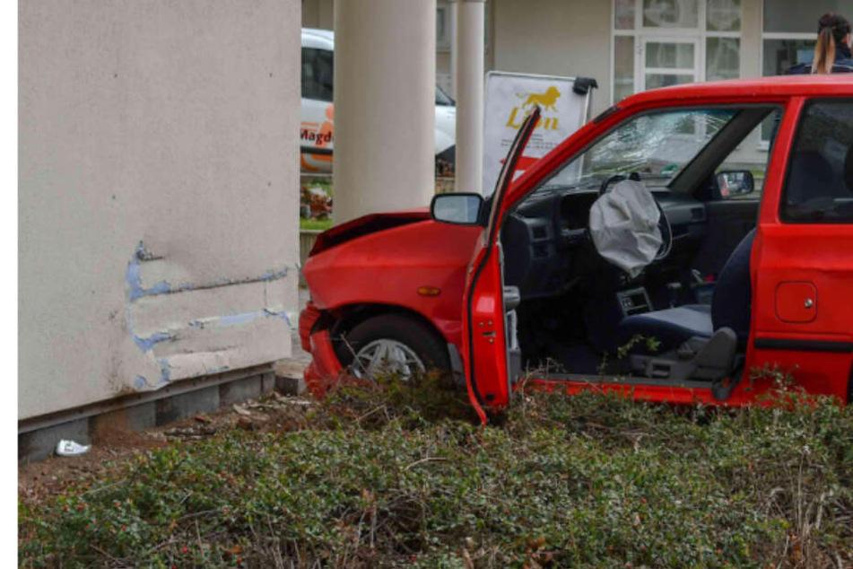 Senior verwechselt Gas und Bremse und kracht direkt in Hauswand