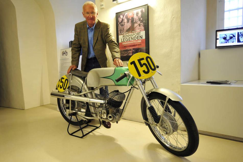 Norbert Kaaden (76) an der ersten Werksrennmaschine, die sein Vater Walter mitentwickelt hat.