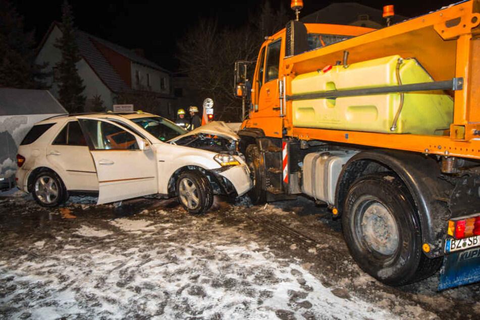 In Zschornau (Kamenz) sind am späten Mittwochabend ein Räumfahrzeug und ein Auto zusammengekracht.