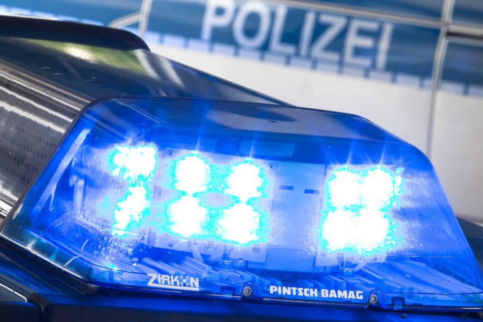 Das Blaulicht eines Polizeifahrzeugs leuchtet auf seinem Dach.