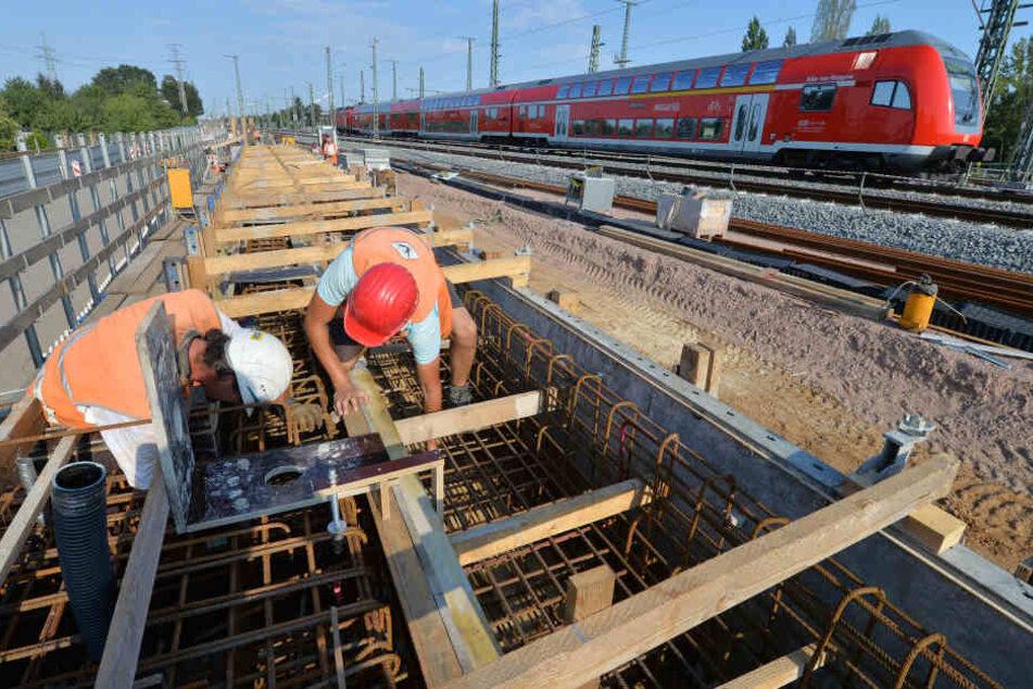 Die Deutsche Bahn arbeitet bis Montagmorgen an den Brücken. (Symbolbild)