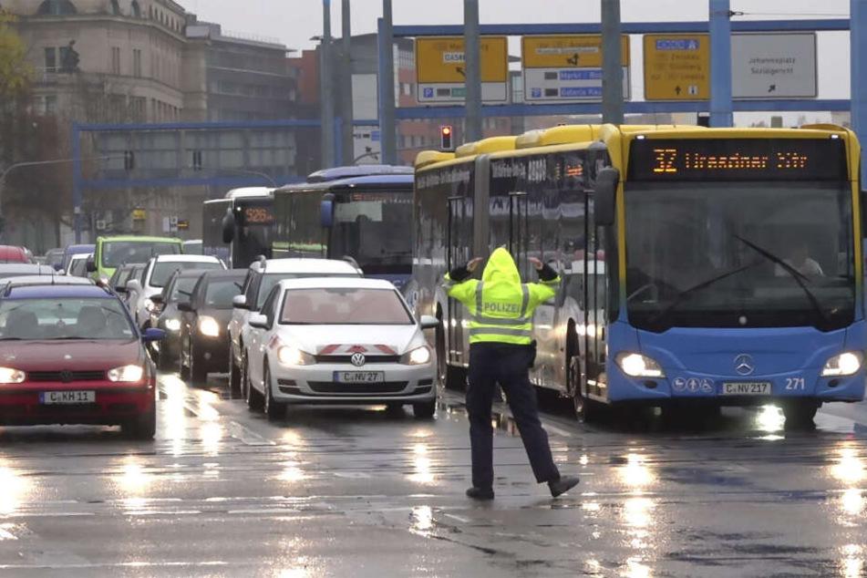 Die Polizei musste den Verkehr regeln, weil die Ampelschaltung nicht funktionierte.