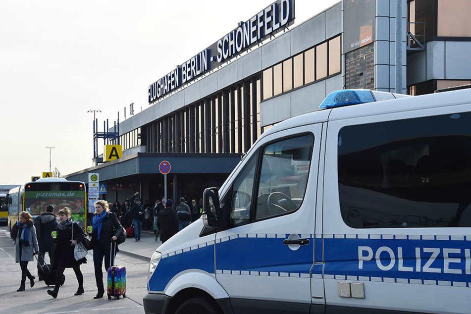 Polizeieinsatz am Flughafen Schönefeld. (Symbolbild)