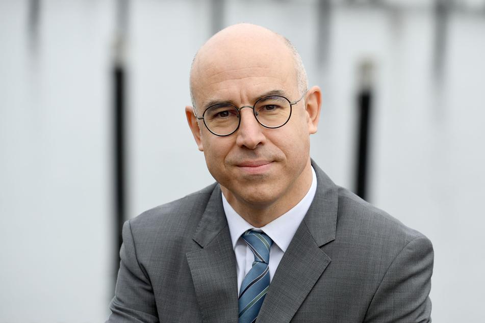 Gabriel Felbermayr, Präsident des Instituts für Weltwirtschaft, steht an der Förde in Kiel. Felbermayr hält die Verteilung der staatlichen Corona-Hilfen für ungerecht.