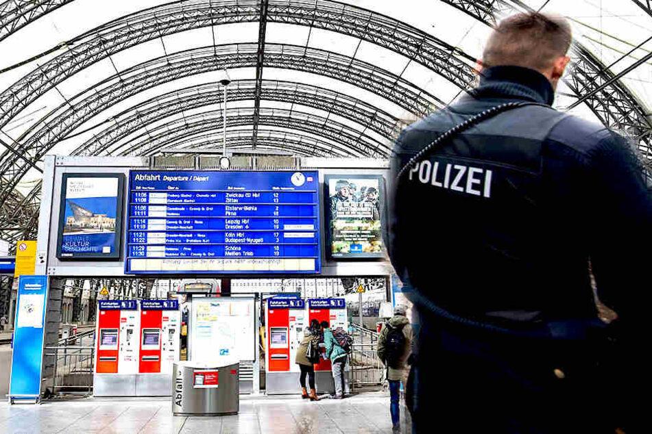 Polizeibeamte kontrollierten am Hauptbahnhof eine auffällige Personengruppe.