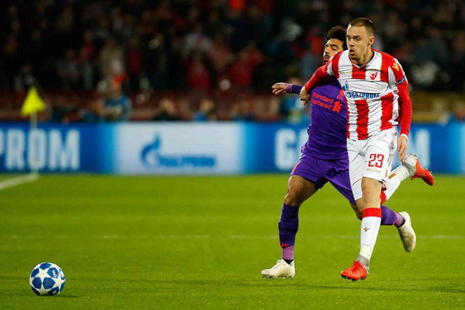 Mohamed Salah von Liverpool (l.) und Milan Rodic von Belgrad kämpfen um den Ball.