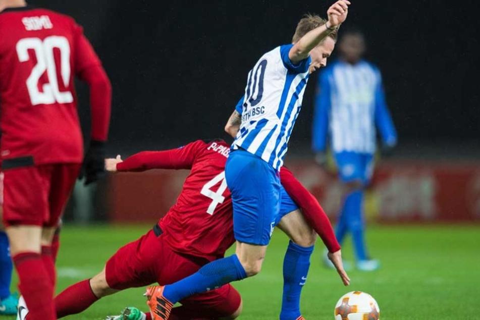 Berlins Ondrej Duda erkämpft sich den Ball gegen Östersunds Sotirios Papagiannopoulos.