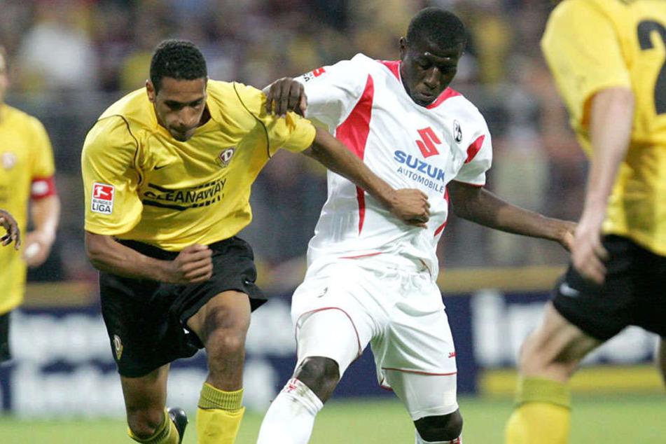 Im Sommer 2005 behielt Dynamo  gegen den SC Freiburg mit 2:0 die Oberhand. Dexter Langen rangelt mit Soumaila Coulibaly um den Ball.