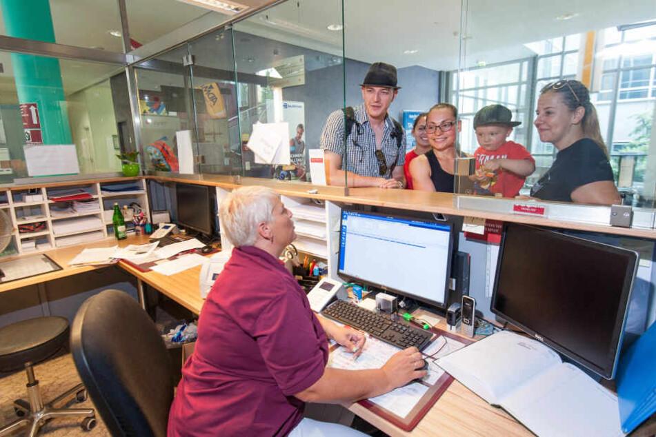 Notaufnahme für Normalos: Bethanien-Mitarbeiterin Jacqueline Dathe (v.) erklärt Besuchern die Funktion des neuen Tresens.