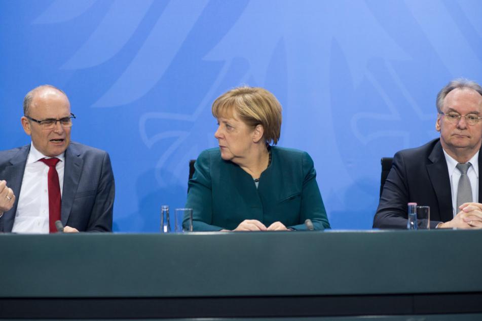 Bundeskanzlerin Angela Merkel (M, CDU), Erwin Sellering (l, SPD), Ministerpräsident von Mecklenburg-Vorpommern, und Reiner Haseloff (r, CDU), Ministerpräsident von Sachsen-Anhalt.